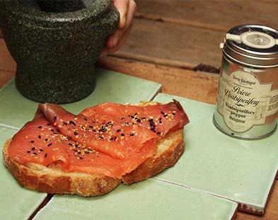 Tartines de saumon façon Terre Exotique avec poivre voatsiperifery